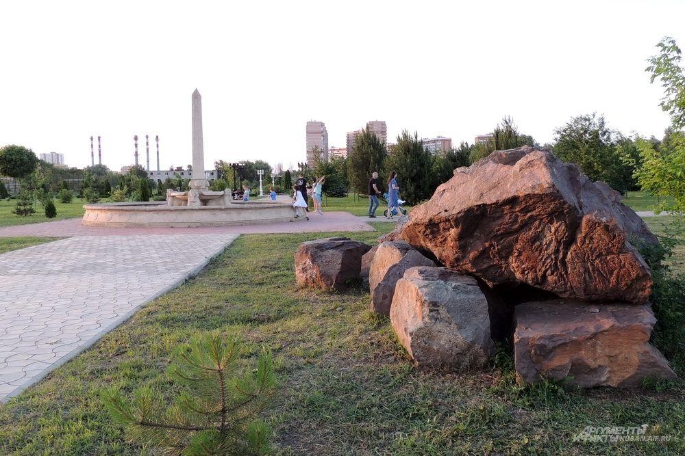 Территория парка украшена большими камнями.