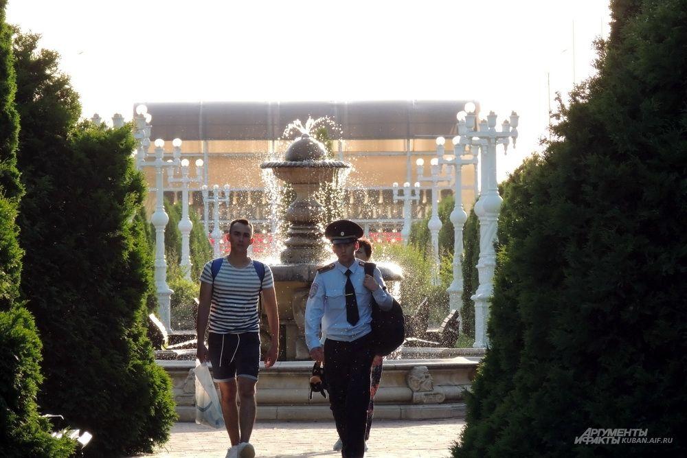 Курсанты идут в университет через парк.