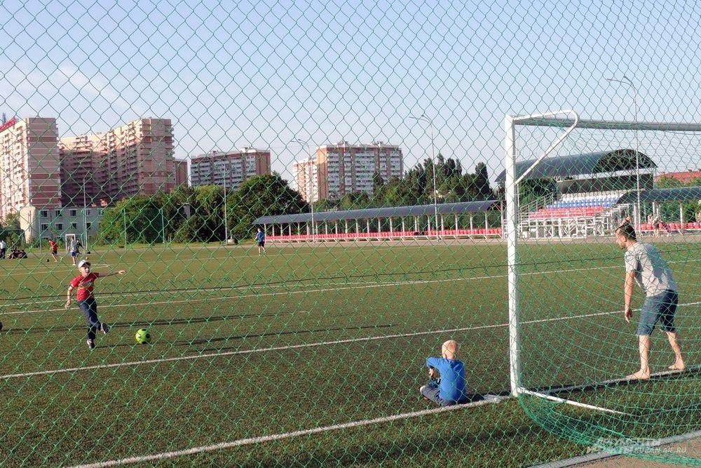 Футбольный стадион на территории парка.