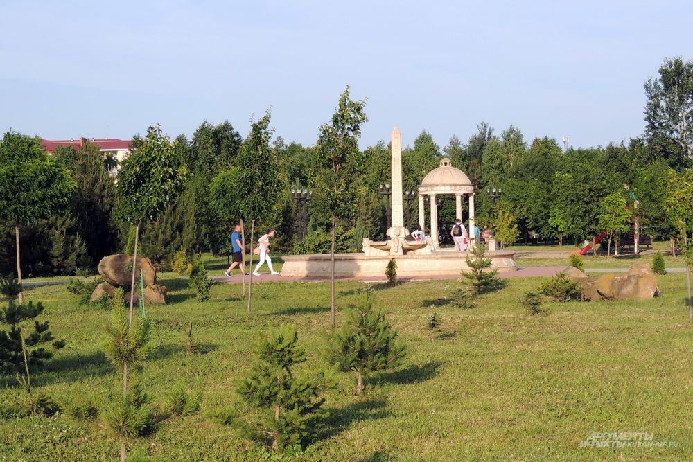 В парке растет более 10 тысяч деревьев и кустарников, многие из которых еще молодые.
