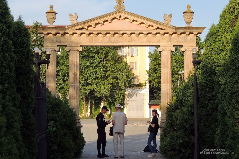 Через парк можно попасть на территорию Краснодарского университета МВД России, но вход туда ограничен.