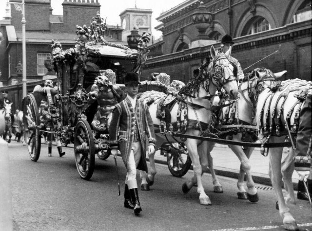 Подготовка к церемонии заняла 16 месяцев. Незадолго до коронации, 24 марта 1953 года, скончалась бабушка Елизаветы — королева Мария. В завещании говорилось, что ее смерть не должна повлиять на коронацию, и подготовительные мероприятия продолжились по плану.