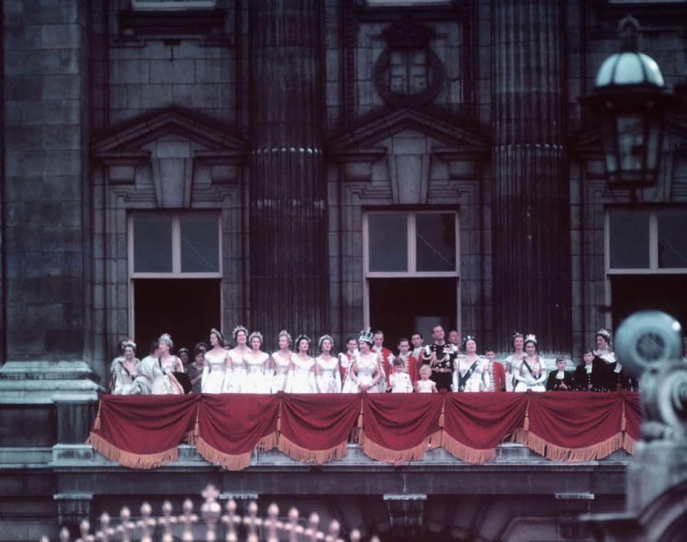 После коронации Елизавета вернулась в Букингемский дворец. В сопровождении семьи она появилась на балконе дворца, где ее встретила ликующая толпа.