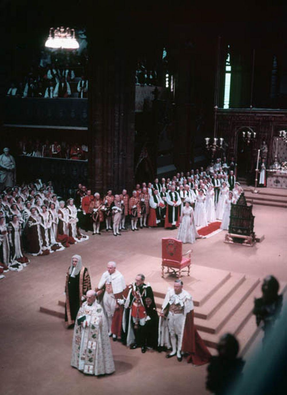 Церемонию проводил архиепископ Кентерберийский Джеффри Фишер. В этот день в Вестминстерском аббатстве присутствовали в общей сложности 8 251 человек.
