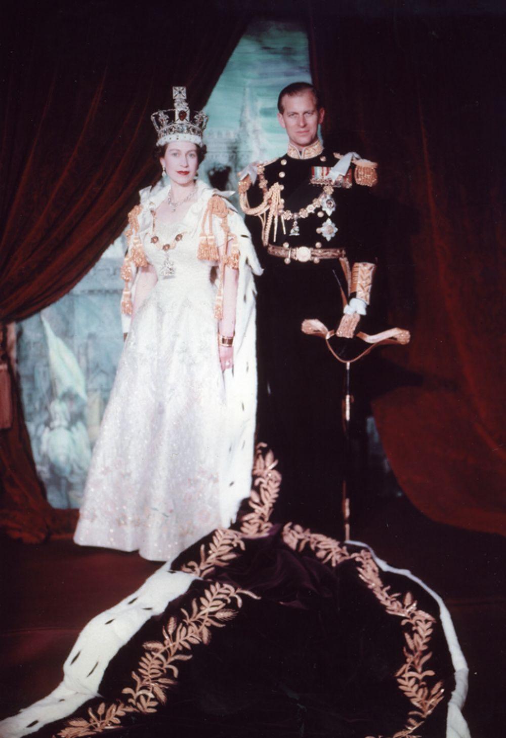После коронации были сделаны многочисленные официальные фотографии королевы. Самыми известными являются работы фотографа Сесила Битона, в дальнейшем он часто делал снимки королевской семьи для официальных публикаций и особенно любил, когда ему позировала Елизавета.