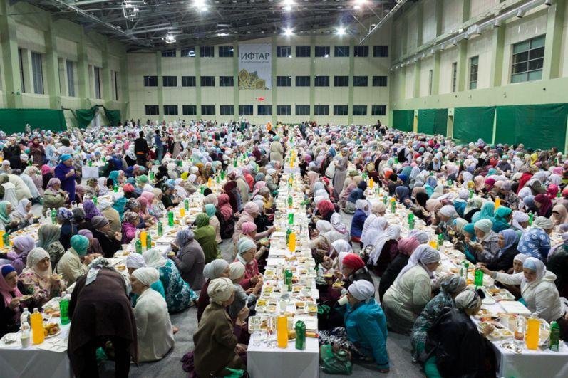 После молитвы последовал ужин.