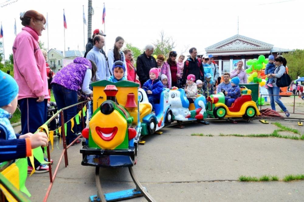 Для малышей была организована своя «Поляна карапузов», где они катались на паровозике, играли в гигантское «Лего» и прыгали на батутах.