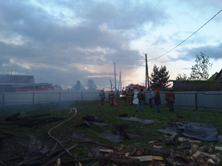 Спасти горевшие здания не удалось.