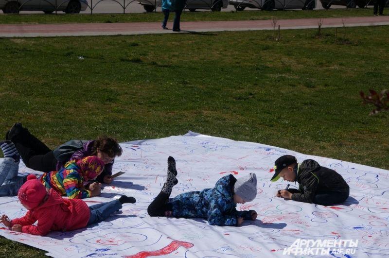 Дети, которые любят рисовать, раскрасили огромный плакат, посвящённый Химфесту.