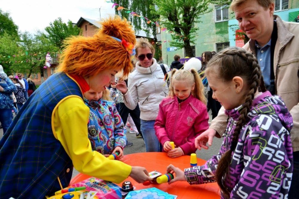 В «Переулке принцесс» маленькие красавицы становились в очередь на мастер-класс по изготовлению волшебных палочек, фенечек и браслетов.