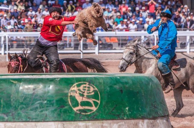 Кок-бору - битва за козла на лошади.