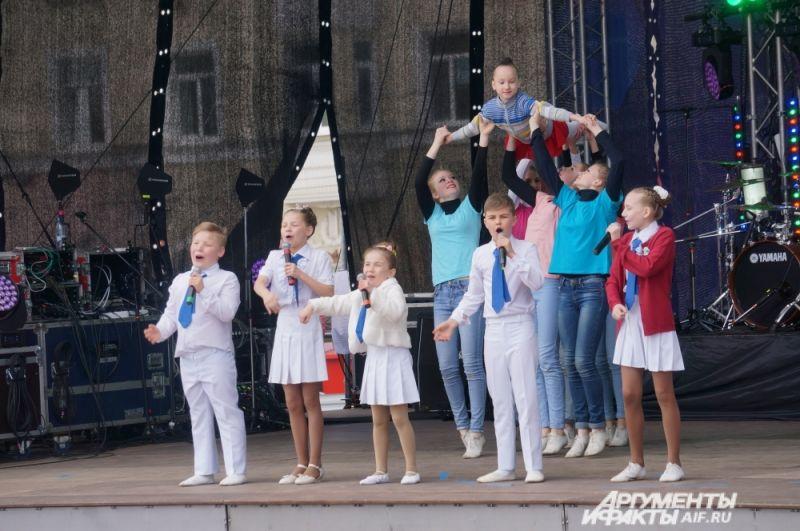 С первым номером концертной программы выступили дети из культурно-спортивного комплекса