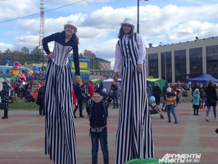 На Советской площади в этот день горожане могли сфотографироваться с ростовыми куклами и другими персонажами.