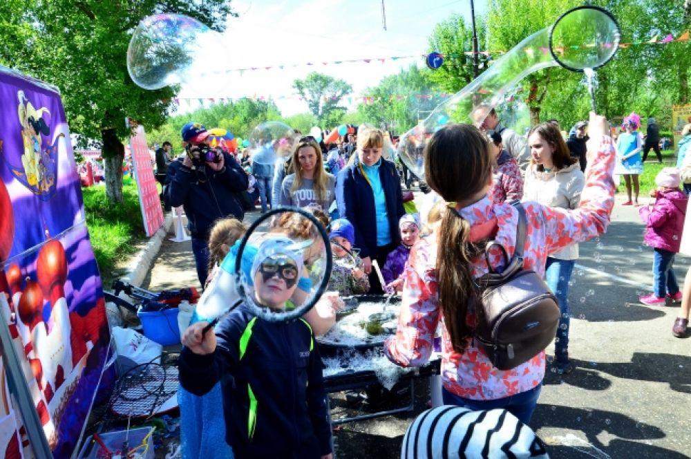 Мыльные пузыри всегда создают праздничное настроение.