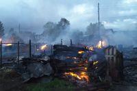 """Пожарным едва удалось """"отбить"""" у огня третий дом."""