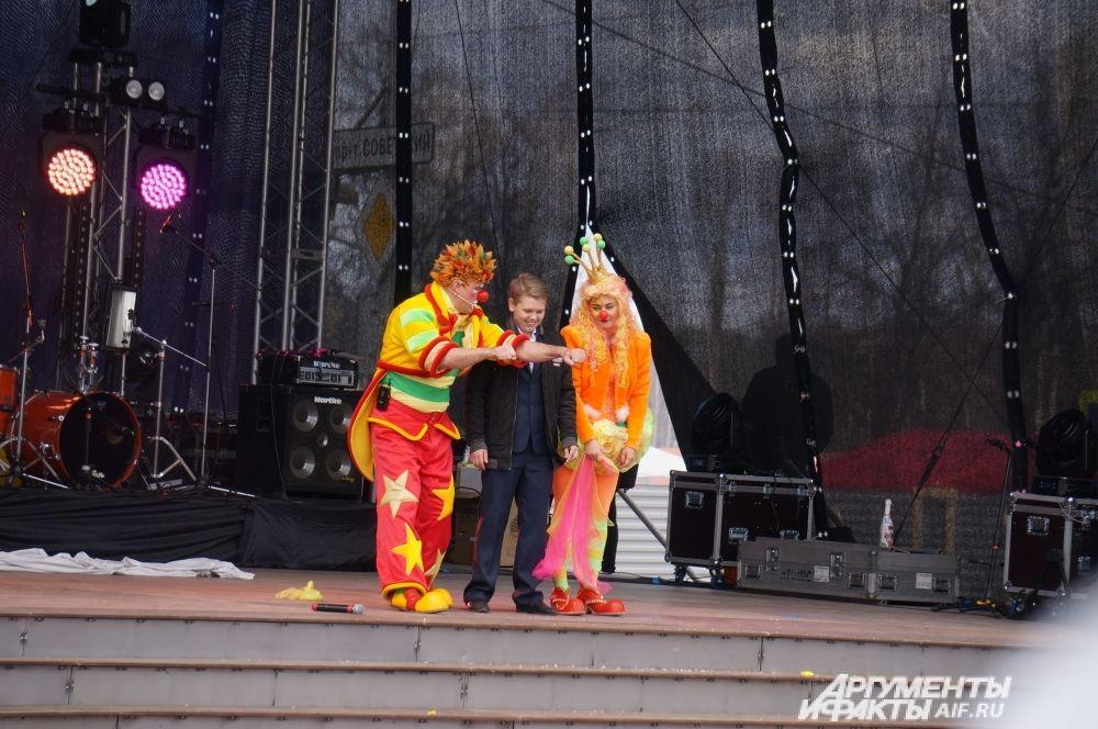 Артисты цирка показали зрителям фокусы и трюковые номера.