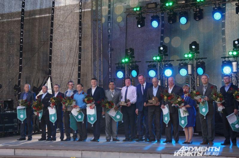 На сцене в честь Дня химика наградили лучших сотрудников предприятия.
