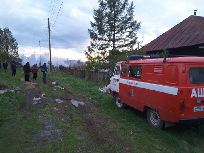 Чудом пожарные спасли ближайший дом, который вот-вот должен был вспыхнуть.