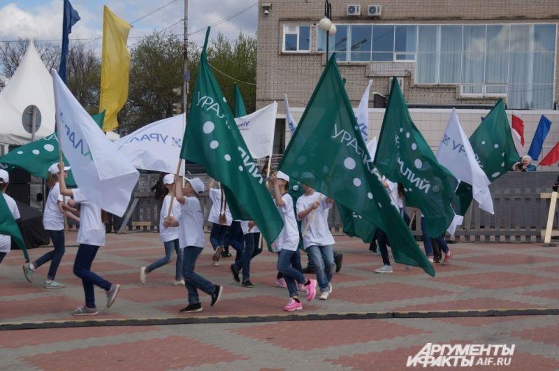 Праздник открылся торжественным прологом с флагами предприятий химической промышленности.