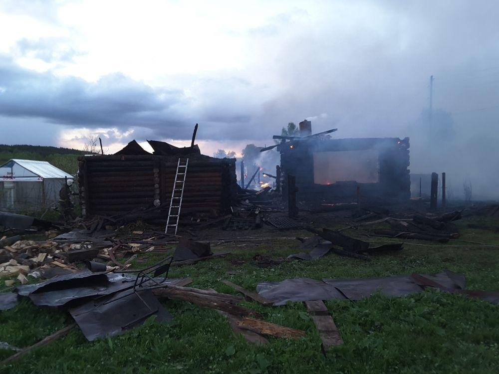 К моменту приезда огнеборцев пылали два дома, надворные постройки и баня.