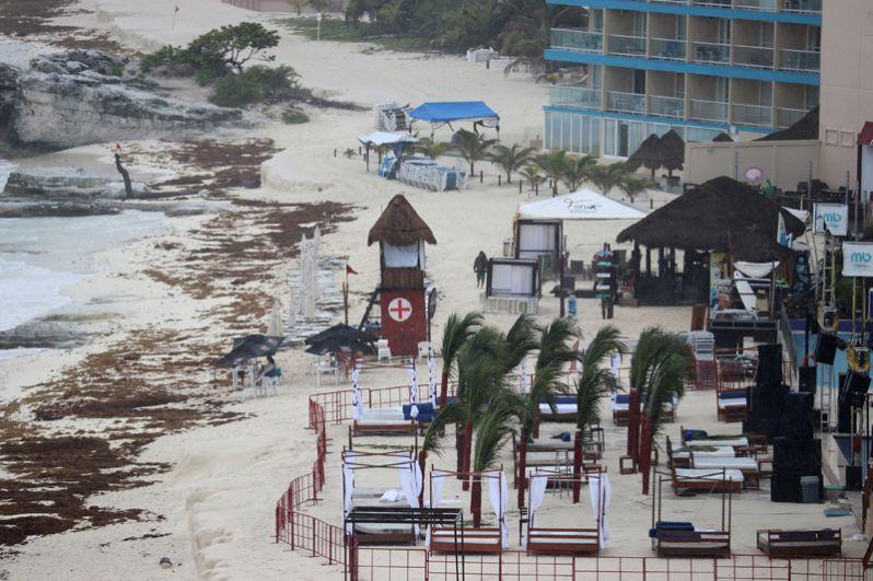Пустой пляж в мексиканском Канкуне перед началом шторма «Альберто».
