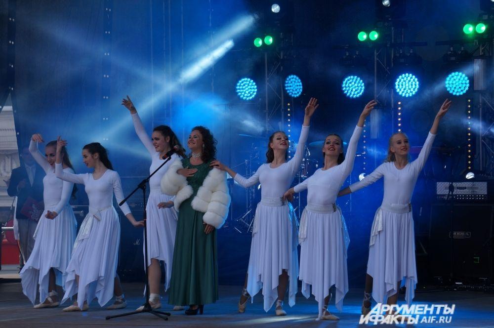 """Затем на сцену стали выходить участники телепроекта """"Щас спою!""""."""