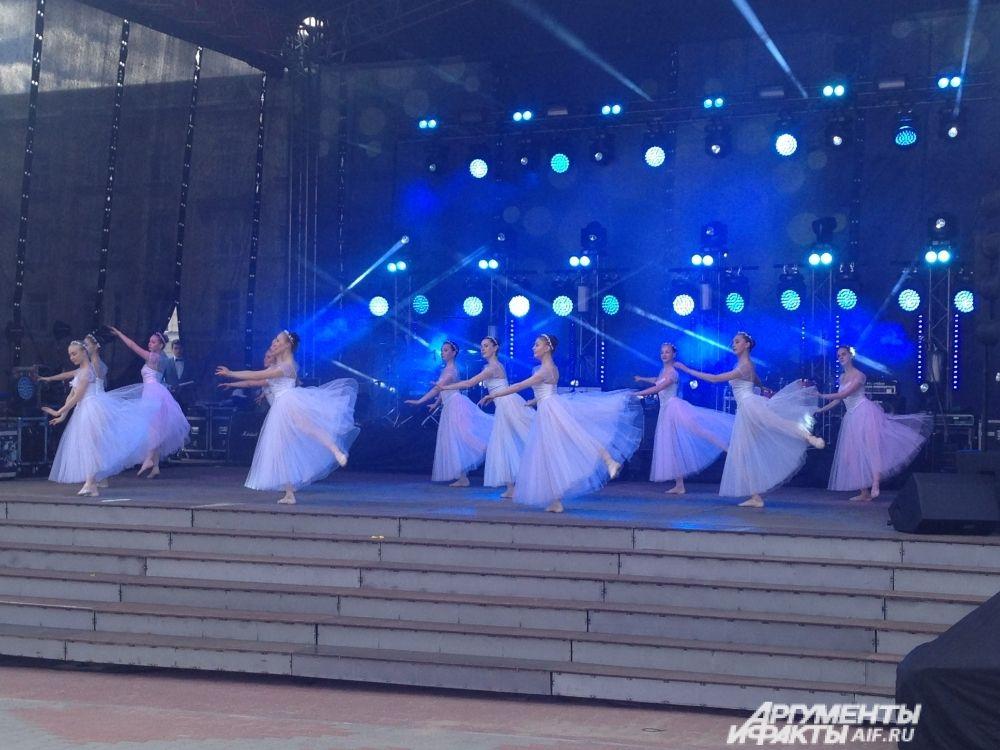 Хореографический коллектив станцевал партию из классического балета.
