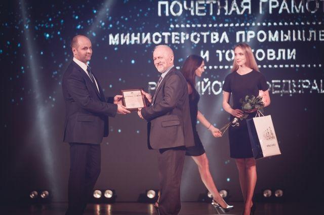 Андрей Семенюк, директор филиала Азот АО «ОХК «УРАЛХИМ», вручает Почетную грамоту Министерства промышленности и торговли РФ.