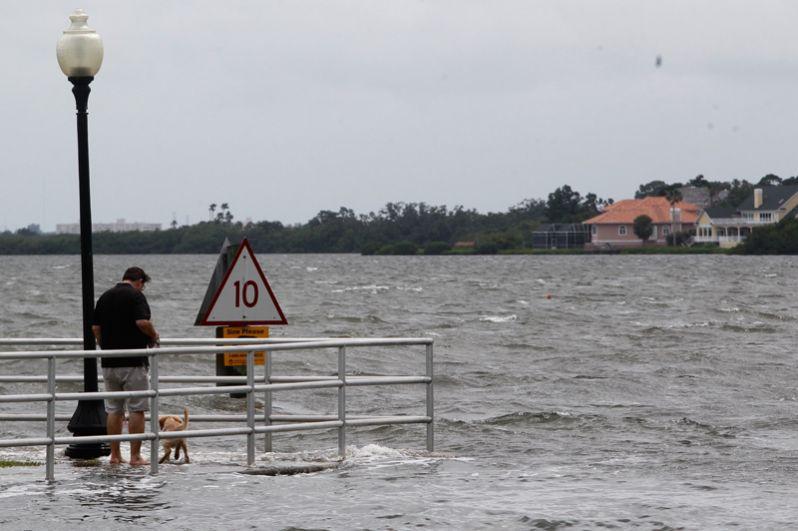 Последствия шторма «Альберто» в городе Сафети Харбор во Флориде.
