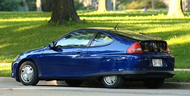 Honda Insight. Неуместное увлечение футуризмом привело к рождению на свет несуразного гибрида Honda Insight. И если конкурирующий с ним «Приус» еще как-то был гармоничен, то перевешенная корма «Хонды» вызывала насмешки. Однако машина продержалась на конвейере до 2014 года и распространялась в США. Ее ставили в пример «зеленые» за трогательные борта и экономичный 70-сильный мотор.