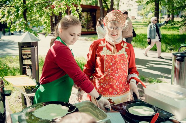 Бабушки Казани приглашают на завтрак молодых хозяек.