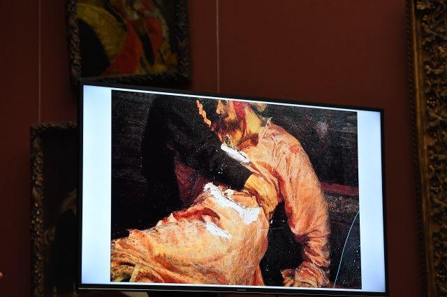 Демонстрация повреждений картины И. Репина «Иван Грозный и сын его Иван 16 ноября 1581 года» в Третьяковской галерее.