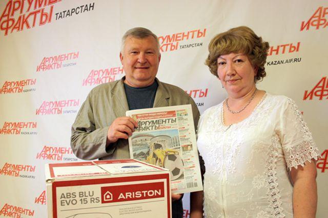 Любовь Рождественская с мужем Александром Ереминым получила в казанской редакции АиФ водонагреватель.