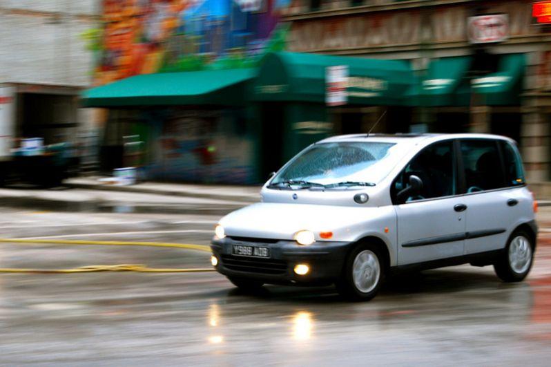 Fiat Multipla. Машину трудно отнести к какому-то определенному классу. Это и хэтчбек, и минивэн, и кроссовер одновременно. Multipla продавалась в Европе вплоть до 2010 года и завозилась ценителями экзотики в Россию. Психоделический дизайн вызывал оторопь у прохожих, однако владельцы наслаждались просторным салоном машины и хорошо продуманными потребительскими качествами. Multipla превратилась в культовую модель.