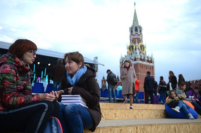 Посетители на творческих встречах в рамках книжного фестиваля «Красная площадь» в Москве. 2017 г.