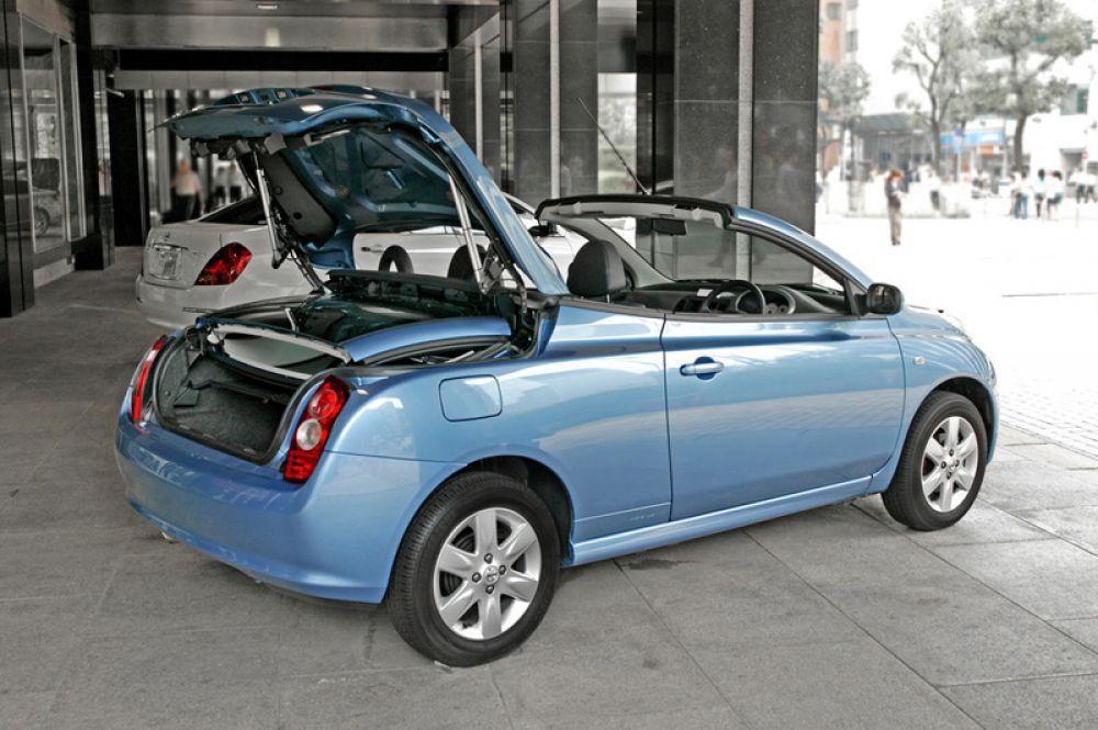 Nissan Micra C+C. Мода на кабриолеты с жесткими крышами господствовала в конце прошлого десятилетия. Но попытки прикрепить металлический складывающийся верх на крошечные двухместные коробченки приводили к комическим результатам. Micra C+C была высмеяна европейской публикой, но мелкими партиями все же расходилась по рукам ценителей автоэкзотики. Производилась она с 2007 до 2010 год в английском Сандерленде и ушла в историю, как недоразумение.