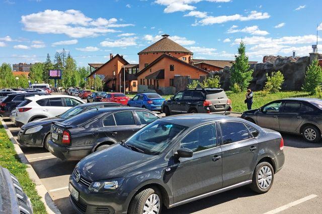 В выходные найти место для авто у парка Кирова сложно. Из-за нехватки мест экскурсионные автобусы и машины стоят вдоль дороги.