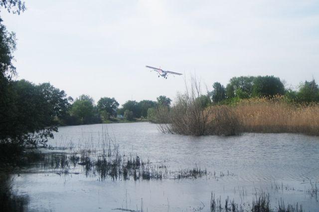Легкомоторный СП-30 за считаные секунды опылил препаратом водоём.