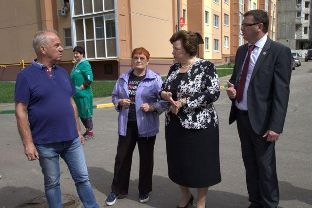 Во время выездного заседания депутаты областной Думы пообщались с жильцами новостроек.