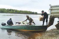 Ни паромы, ни катера не ходят. Вот и приходится людям переправляться на лодке.