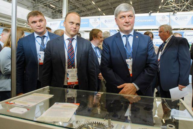 Глава региона Александр Гусев осмотрел выставочную экспозицию форума.