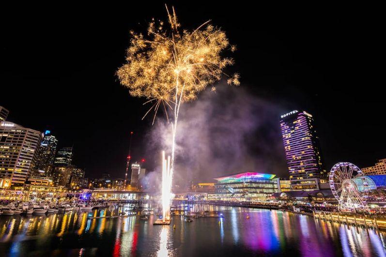 Сиднейский мост Харбор и небоскребы вокруг круговой набережной превратили в 40 столбов света и специально построенный лазер.