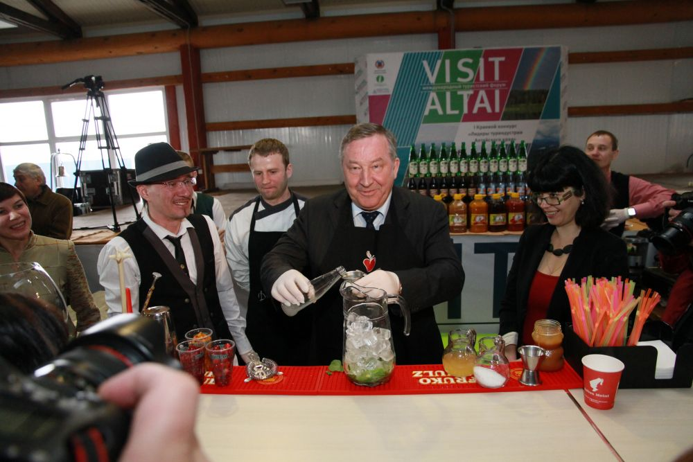 убернатор Александр Карлин приготовил коктейль и угостил им посетителей международной выставки «Алтайтур. Алтайкурорт».