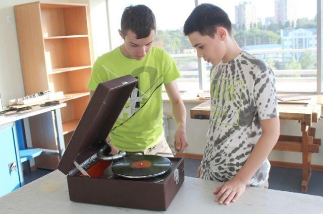 Максим и его друг заводят патефон, который, возможно, мог слышать песни Утёсова.