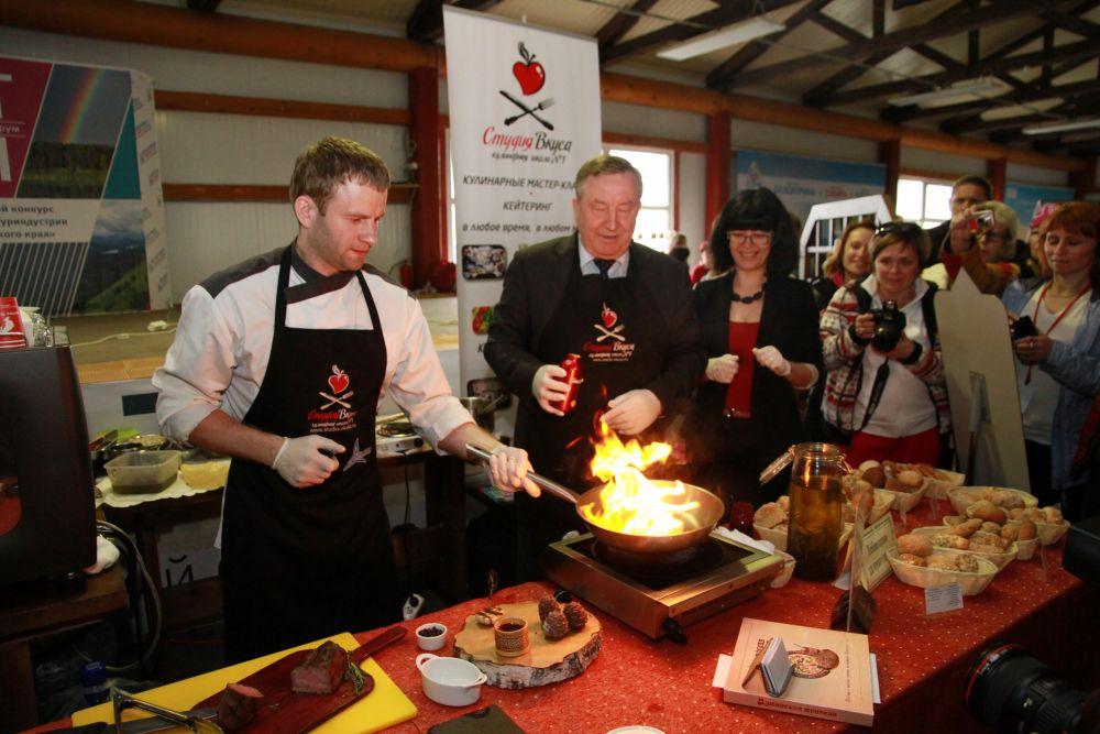 Александр Карлин стал подмастерьем Михаила Хмелинина, организатора барнаульской кулинарной школы.