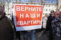 Краевые власти пообещали дольщикам, что доплата за достройку дома обойдётся каждому в 7 тыс. руб. за квадратный метр площади квартиры, остальные траты возьмёт на себя бюджет.
