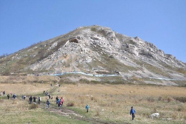 12 мая у шихана Торатау прошел флеш-моб в защиту горы.
