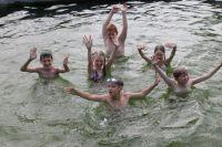 Напомните детям правила поведения на воде. Будьте рядом.