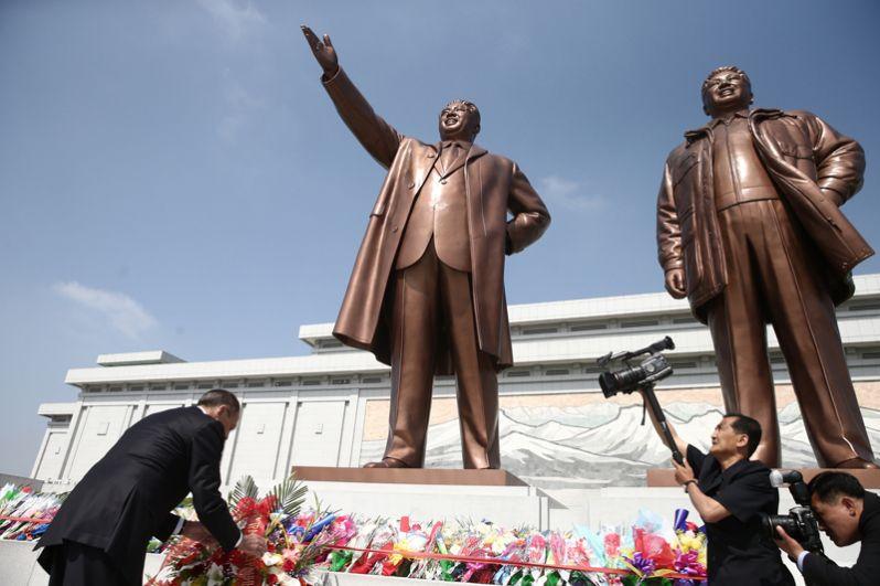 Сергей Лавров возлагает цветы к памятнику первым северокорейским лидерам.