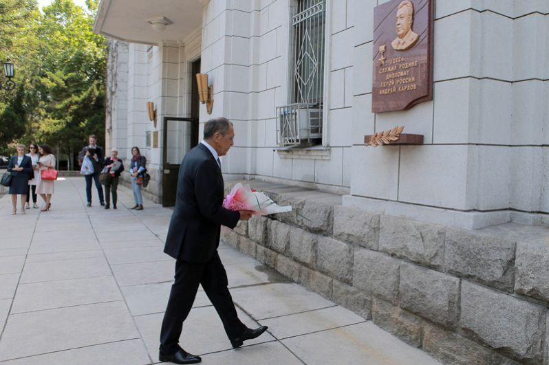 Сергей Лавров возлагает цветы к памятной доске дипломата Андрея Карлова у здания посольства России в Пхеньяне.